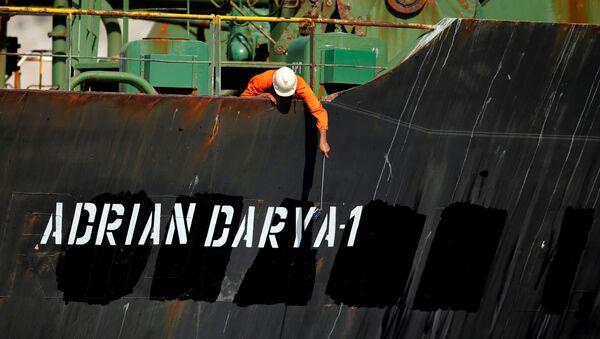 Un miembro del equipo del petrolero iraní Adrian Darya 1 (Grace 1) - Sputnik Mundo