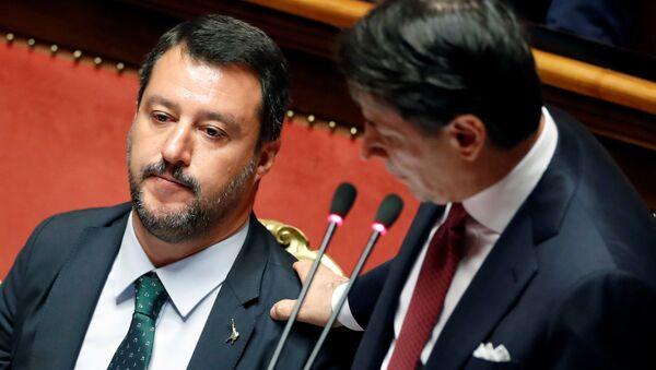 Matteo Salvini (izda.) y Giuseppe Conte (dcha.), políticos italianos - Sputnik Mundo