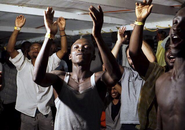 Migrantes a bordo del barco Open Arms (archivo)