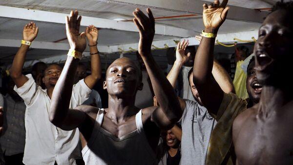 Migrantes a bordo del barco Open Arms - Sputnik Mundo