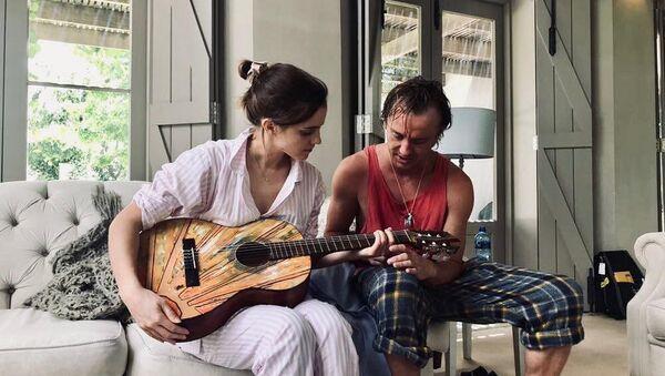 Tom Felton y Emma Watson tocan la guitarra - Sputnik Mundo