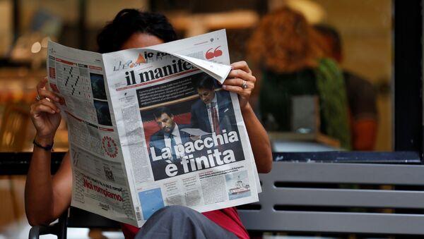 Una mujer lee un periódico con noticias sobre la crisis del Gobierno y la dimisión del primer ministro Giuseppe Conte - Sputnik Mundo