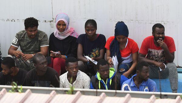 Migrantes del barco Open Arms - Sputnik Mundo
