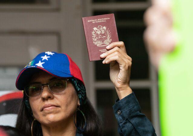 Una mujer con el pasaporte venezolano