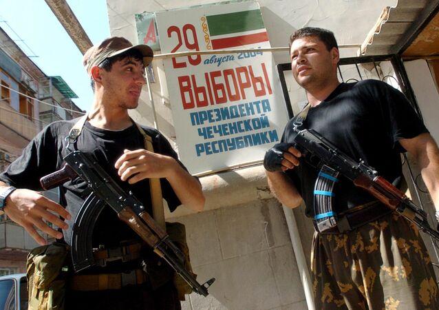 Soldados chechenos prorrusos en Grozni cerca de un colegio electoral, 2004