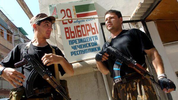 Soldados chechenos prorrusos en Grozni cerca de un colegio electoral, 2004 - Sputnik Mundo