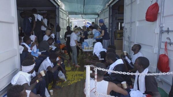 Migrantes en el barco Ocean Viking - Sputnik Mundo