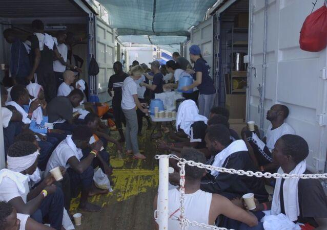 Migrantes en el barco Ocean Viking