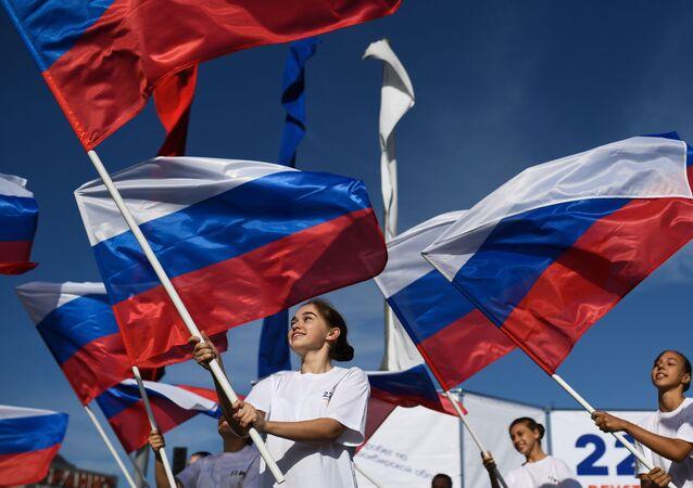 Jóvenes con las banderas de Rusia