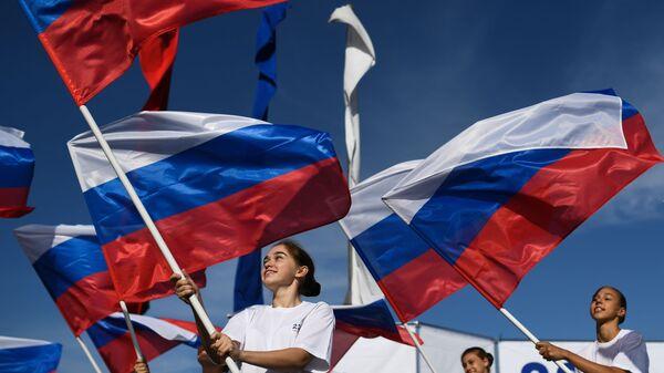 Jóvenes con las banderas de Rusia - Sputnik Mundo
