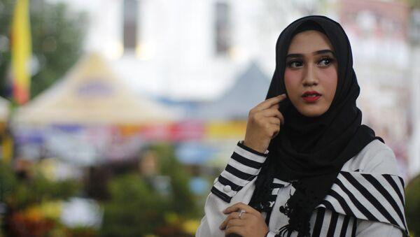 Una chica musulmana con hiyab - Sputnik Mundo