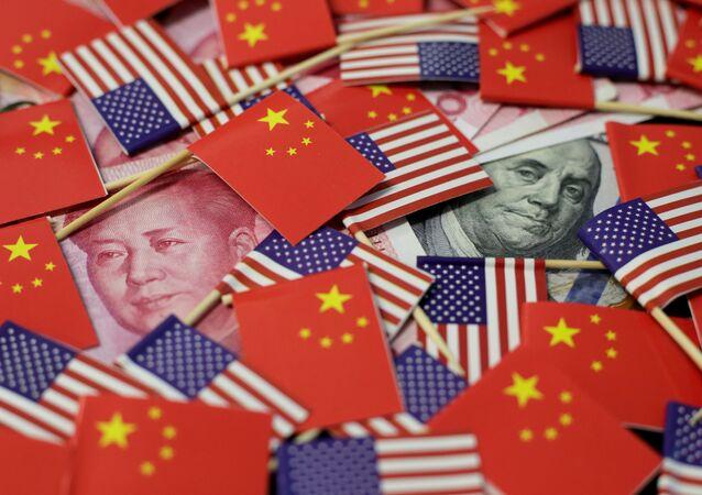 Las banderas de China y EEUU junto al yuan y dólar