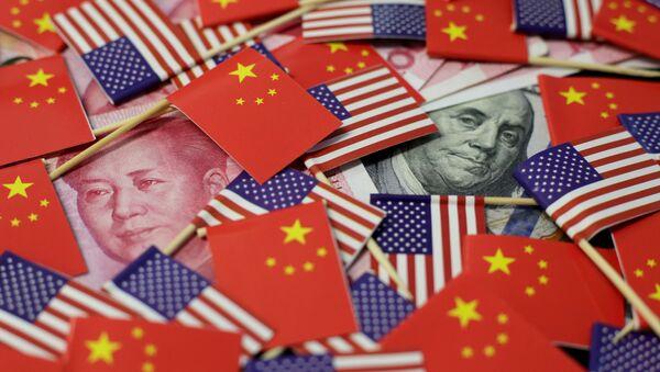 Las banderas de China y EEUU junto al yuan y dólar - Sputnik Mundo