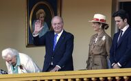 El rey emérito español Juan Carlos I, junto a su hija Elena y su nieto Froilán