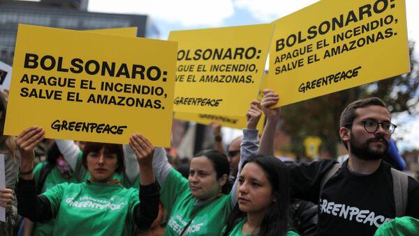 Manifestación en Bogotá contra la política ambiental del presidente de Brasil - Sputnik Mundo