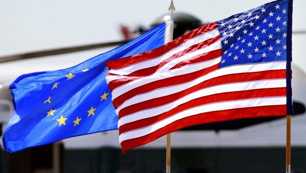 Las banderas de la Unión Europea y de Estados Unidos - Sputnik Mundo