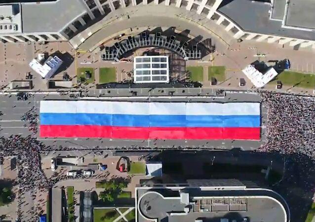 Moscú despliega una gigante bandera rusa en sus calles