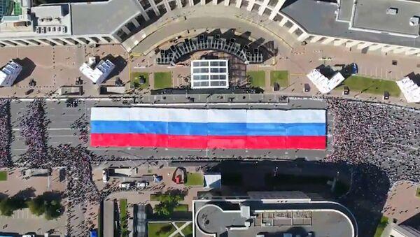 Moscú despliega una gigante bandera rusa en sus calles - Sputnik Mundo