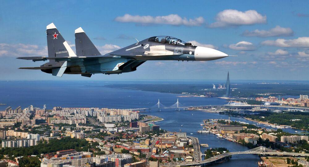 Un Su-30SM sobrevuela San Petersburgo (archivo)