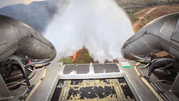 Un avión de la Fuerza Aérea de Brasil lucha contra un incendio forestal (archivo) - Sputnik Mundo