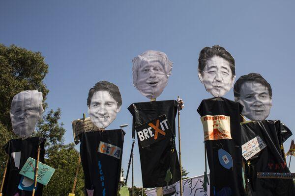 Besos, bromas y protestas: así transcurre la cumbre del G7 en Francia   - Sputnik Mundo