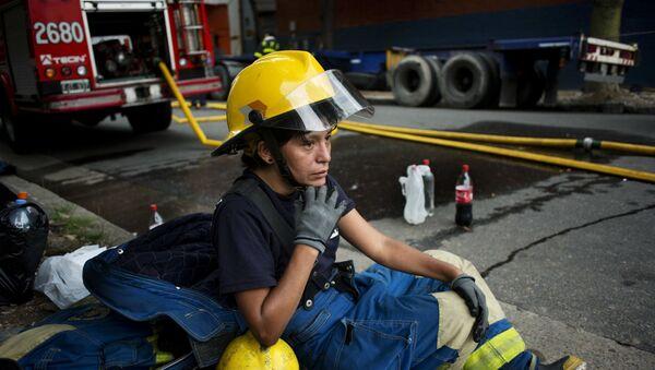 Una bombero argentino (archivo) - Sputnik Mundo