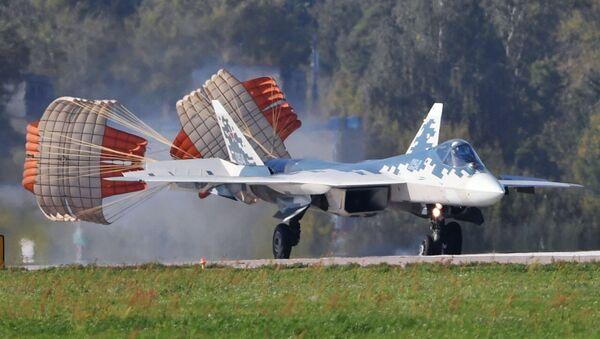 Aterrizaje de un caza Su-57 durante los preparativos para el MAKS 2019 - Sputnik Mundo