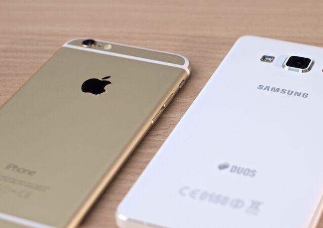 Un iPhone de Apple y un teléfono de Samsung