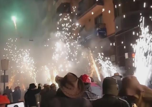 Un festival pirotécnico en las calles de Paterna en España