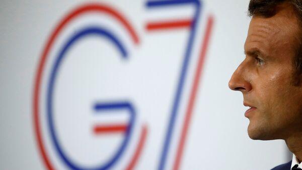 El presidente de Francia, Emmanuel Macron, y el logo de la cumbre del G7 en Biarritz - Sputnik Mundo