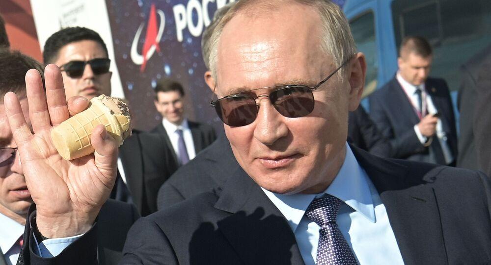 Vladímir Putin, presidente de Rusia, come un helado durante el MAKS 2019