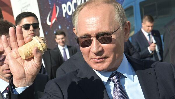 Vladímir Putin, presidente de Rusia, come un helado durante el MAKS 2019 - Sputnik Mundo