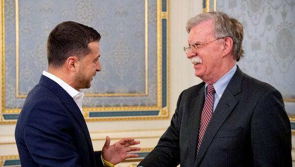 El presidente ucraniano, Volodímir Zelenski, y el asesor presidencial de EEUU para seguridad nacional, John Bolton - Sputnik Mundo