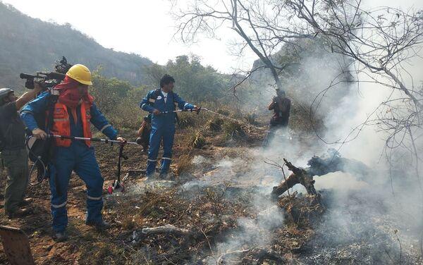 Presidente de Bolivia, Evo Morales, ayuda a combatir los incendios - Sputnik Mundo