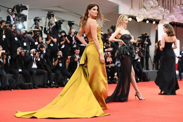 Las estrellas desfilan por la alfombra roja del 76 Festival Internacional de Cine de Venecia  - Sputnik Mundo