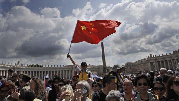 Un fiel chino agita una bandera en la audiencia del Papa Francisco en la plaza de San Pedro en el Vaticano - Sputnik Mundo
