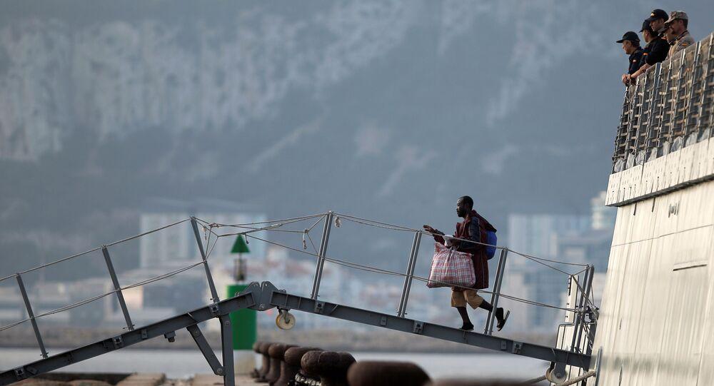 Los migrantes bajan a la tierra española