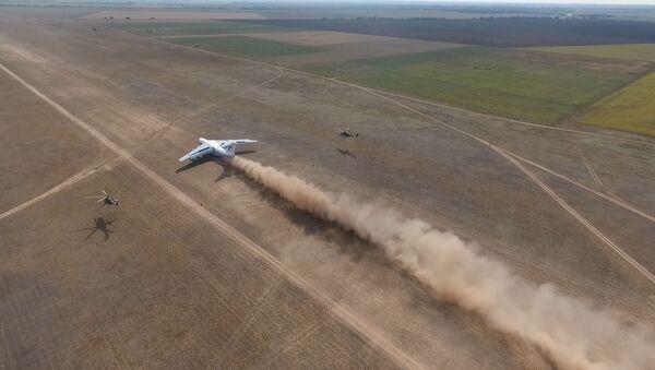 Así aterrizan los aviones de transporte en las estepas rusas  - Sputnik Mundo