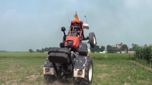 ¡Qué destreza! Un granjero indio hace maniobras con su tractor - Sputnik Mundo