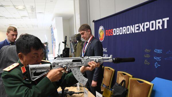 Un militar extranjero prueba un arma de Rosoboronexport en una exposición - Sputnik Mundo