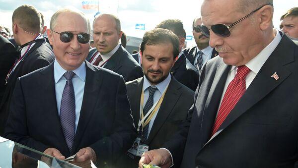 Vladímir Putin, presidente de Rusia, y Recep Tayyip Erdogan, presidente de Turquía, en el Salón Aeroespacial MAKS 2019 - Sputnik Mundo