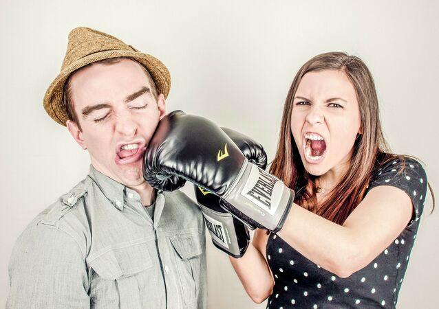 Una pareja peleando