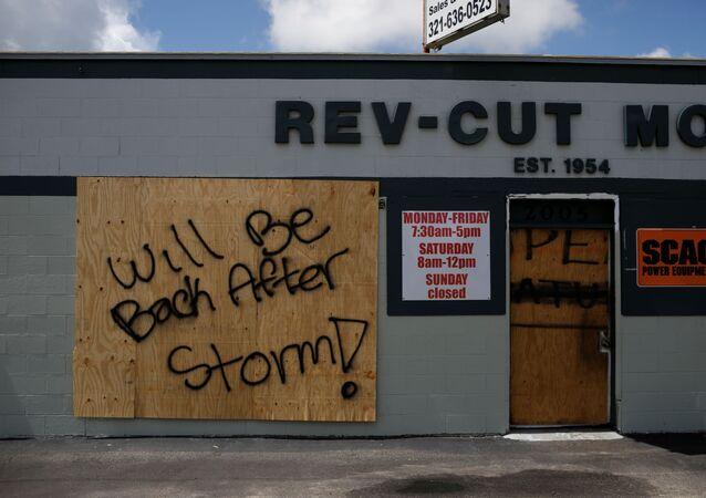 Los negocios locales se preparan para el huracán