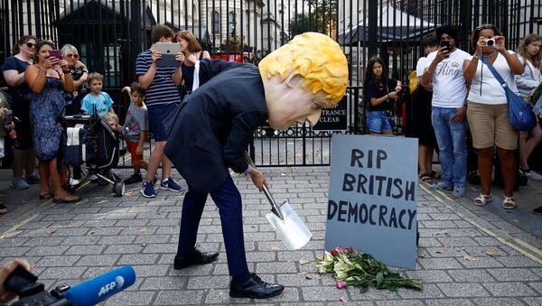 Protestas contra la decisión del primer ministro británico , Boris Johnson, de suspender el Parlamento - Sputnik Mundo