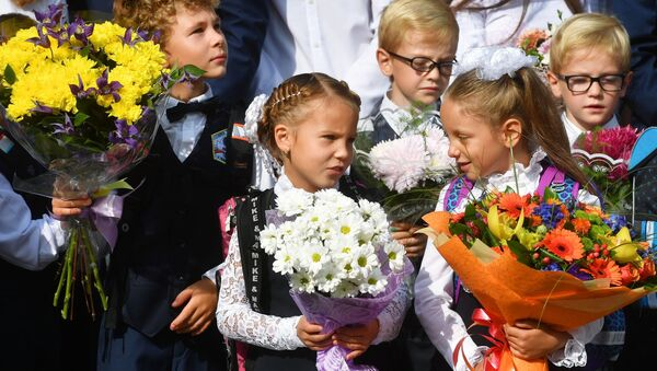 Niños en vez de flores, una nueva tradición en las escuelas rusas - Sputnik Mundo