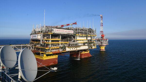 La plataforma de la empresa Lukoil en un yacimiento de gas y petróleo en el mar Caspio - Sputnik Mundo