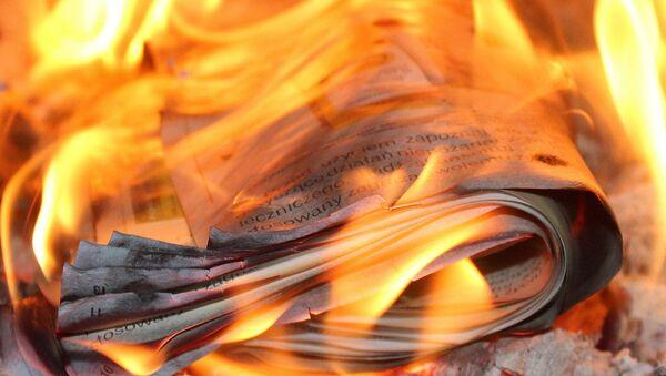 Un diario prendiéndose fuego (imagen referencial) - Sputnik Mundo