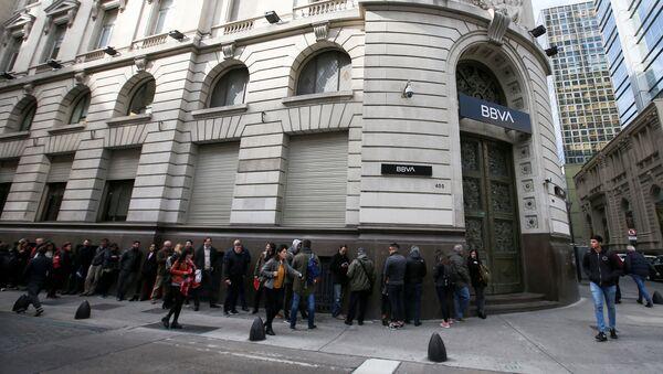 Un grupo de personas hacen fila en las afueras del banco BBVA en Buenos Aires - Sputnik Mundo
