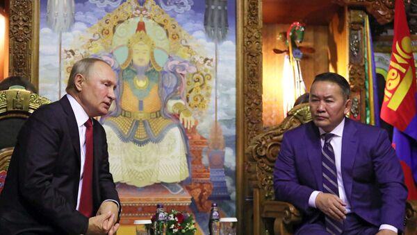 El presidente de Rusia, Vladímir Putin, con su homólogo de Mongolia, Khaltmaa Battulga - Sputnik Mundo
