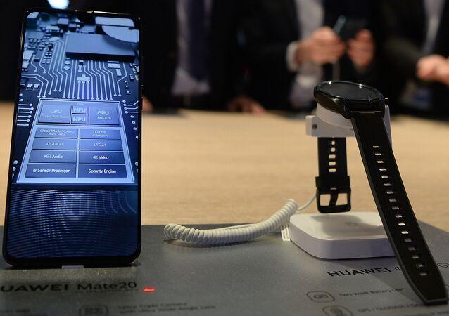 Huawei Mate20 y Huawei Watch GT (archivo)